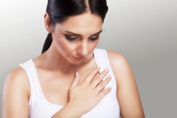 У девушки проблемы с грудью