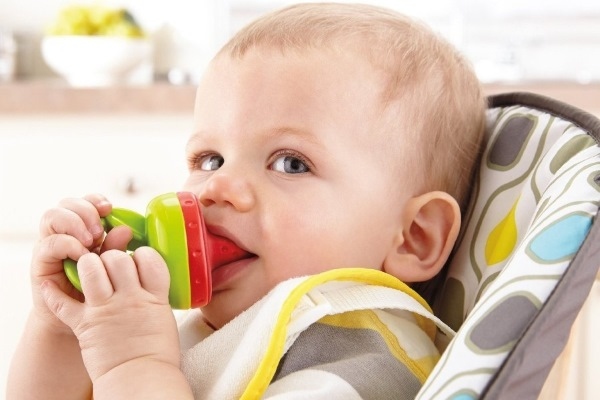 Ребенок кушает из ниблера