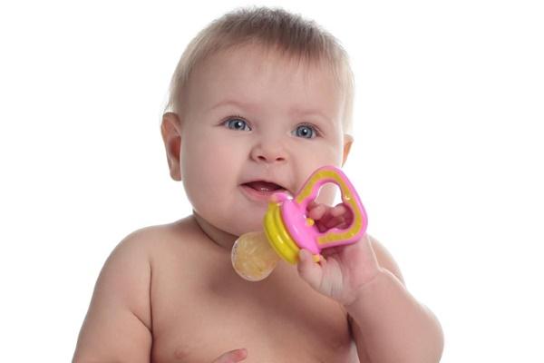 Ребенок держит ниблер