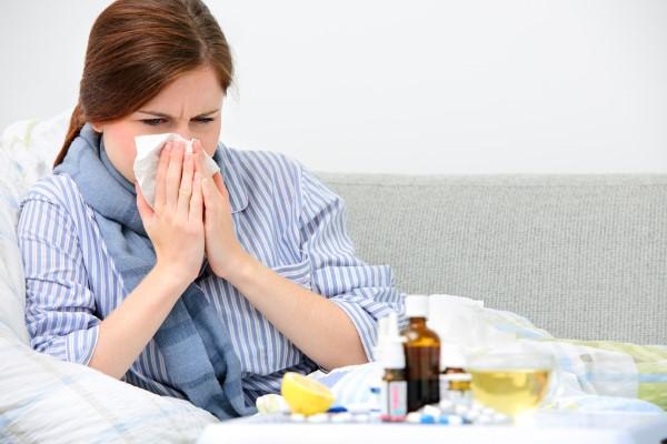 У женщины насморк и кашель из-за простуды