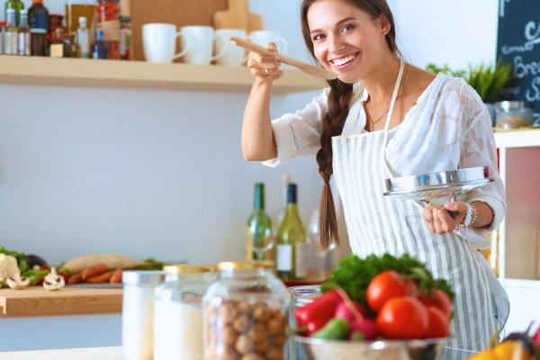 Девушка готовит обед