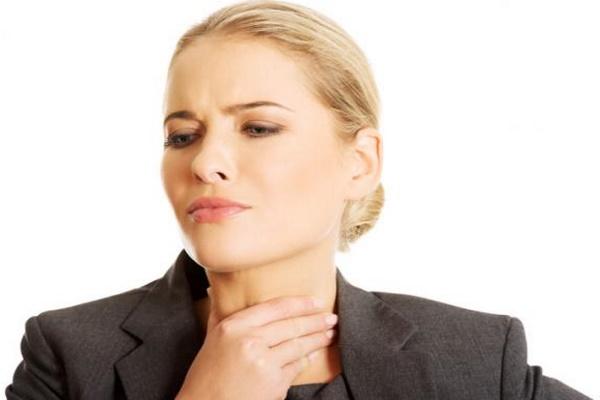 Девушка страдает от боли в горле