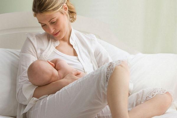 Первое кормление новорожденного