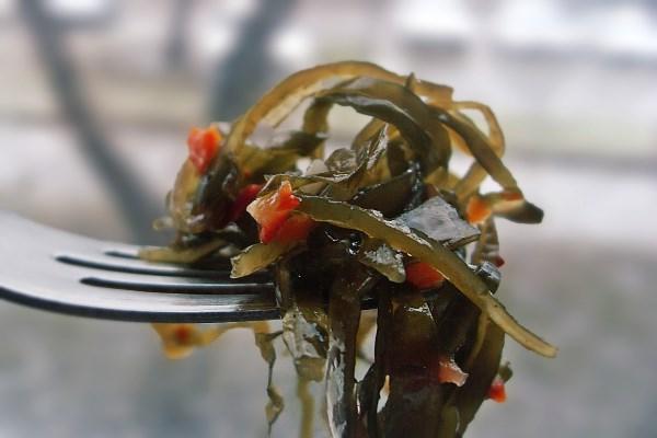 Салат из морской капусты с перцем