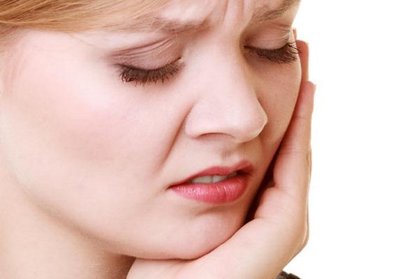 Зубная боль у девушки