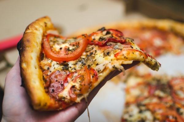 Кусок пиццы с томатами