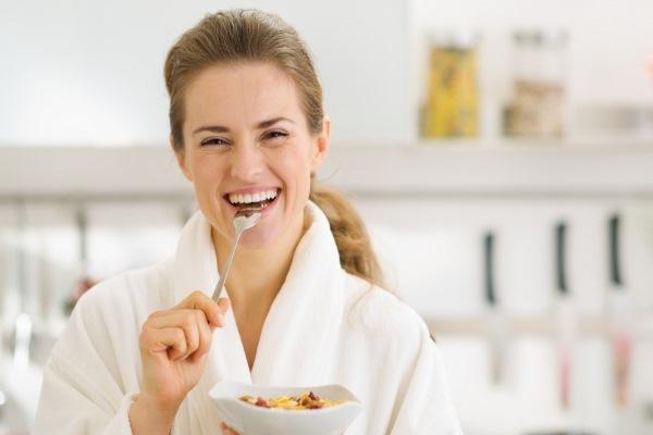 Женщина кушает дома