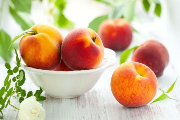 Спелые персики в тарелке