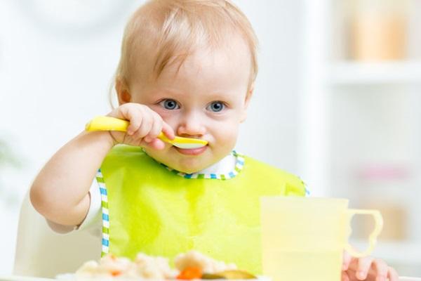 Ребенок кушает ложкой самостоятельно