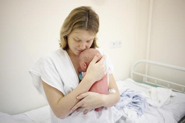 Мать обнимает новорожденного