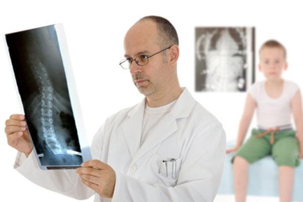 Врач расшифровывает рентгеновский снимок