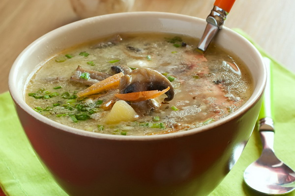 Суп с грибами в тарелке