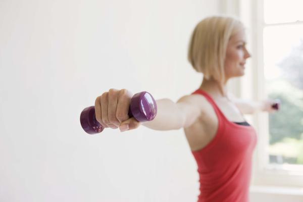 Женщина делает упражнения для груди