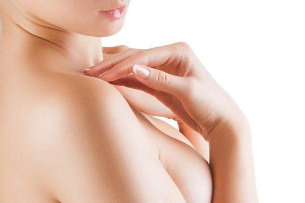 Девушка делает массаж груди