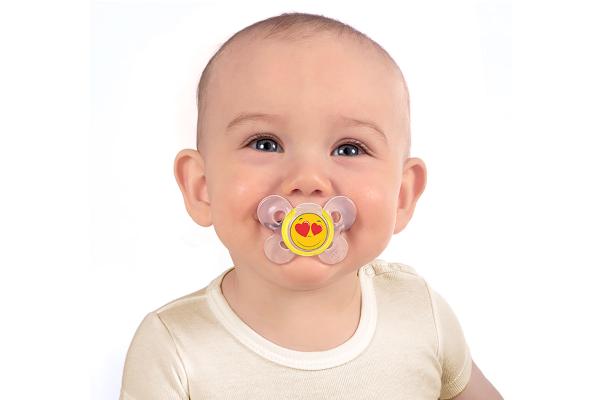 Ребенок с соской во рту