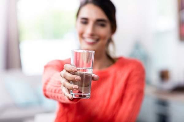 Девушка со стаканом минеральной воды