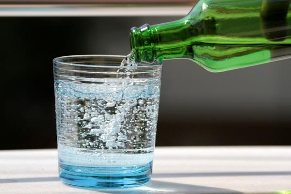 Газированная вода в стакане