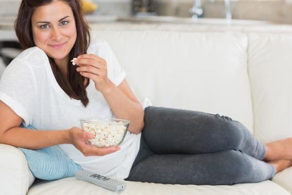 Девушка на диване с попкорном