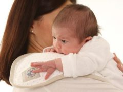 Ребенок плачет во время кормления материнским молоком: причины и варианты действий
