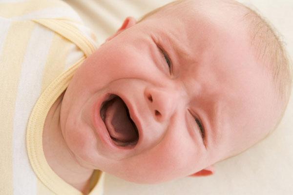 Младенец плачет и кричит