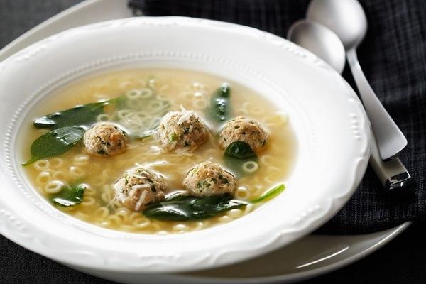 Суп с фрикадельками в тарелке