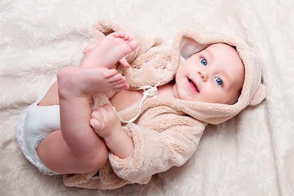 Младенец задирает ноги лежа