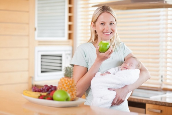 Кормящая мать ест яблоко