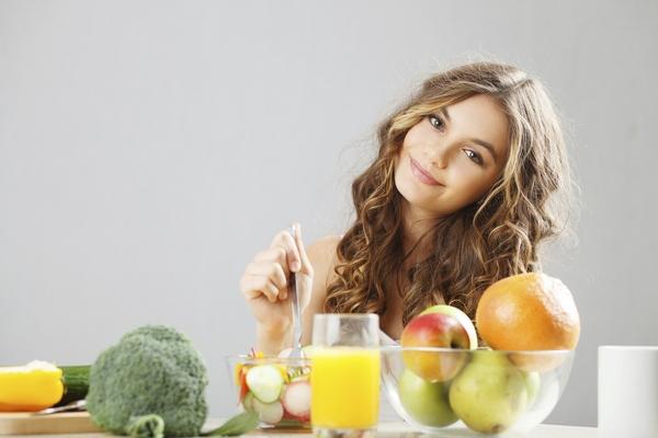 Девушка выбирает здоровую пищу