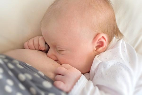 Новорожденный впервые кушает грудь
