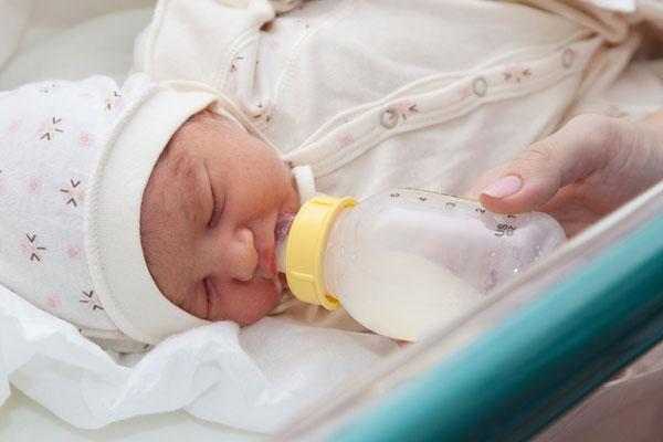 Младенец пьет искусственную смесь