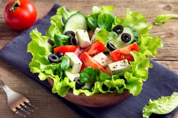 Салат листовой, сыр, оливки, томат