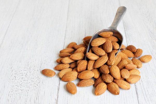 Орехи миндаль в ложке