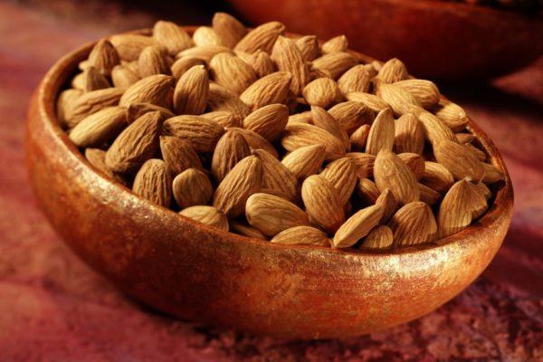 Миндальный орех в тарелке