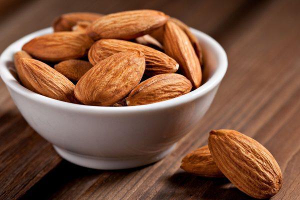 Чищенные миндальные орехи