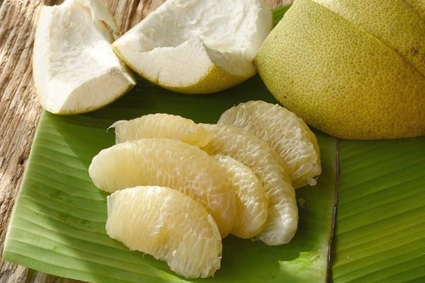 Очищенный фрукт помело