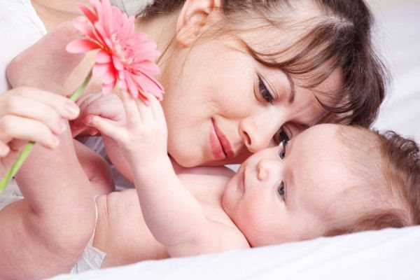 Счастливая мать и младенец