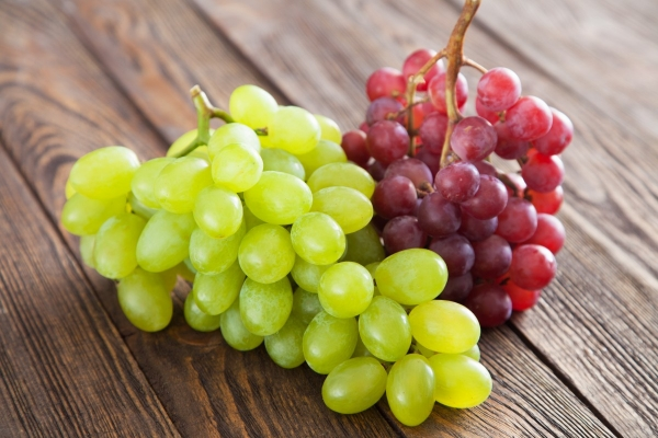 Красный и зеленый виноград