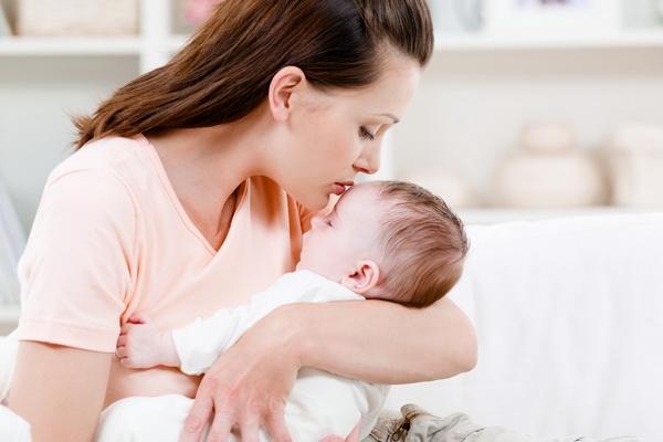 Мать целует своего ребенка